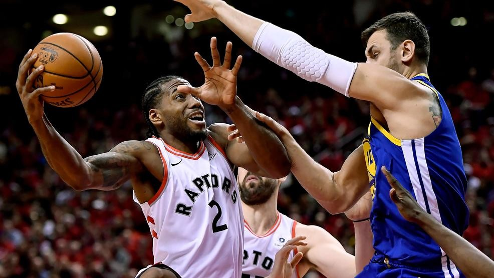 949f67dde75 Toronto Raptors forward Kawhi Leonard (2) stretches to keep the ball from  Golden State Warriors center Andrew Bogut (12) as he drives to the net  during the ...